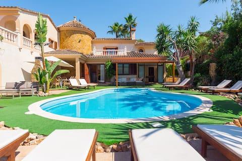 Castellet. Nagy villa medencével Palma közelében.