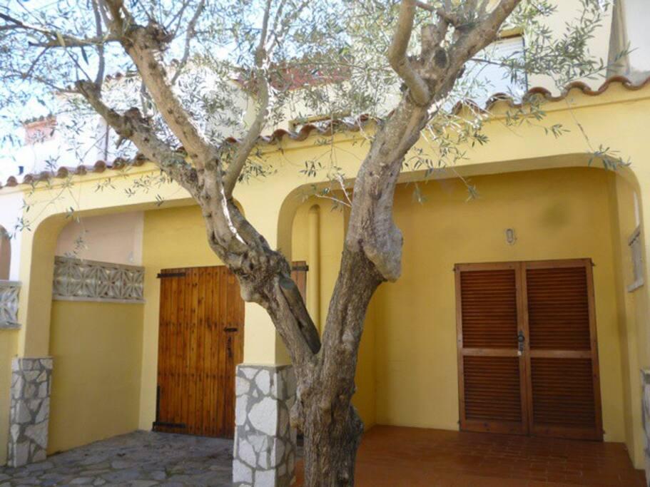 fachada, terraza y garaje