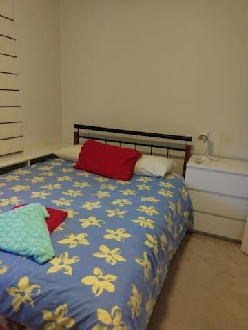 Cozy Private room in kew