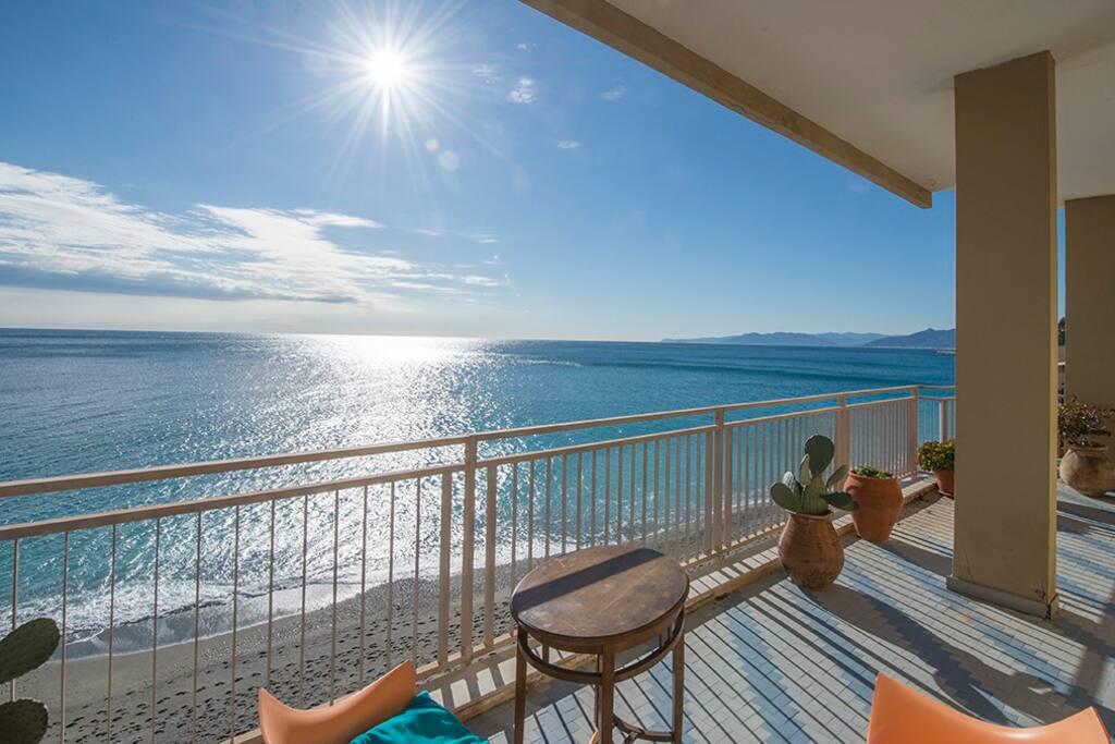 Alloggio con terrazza sul mare appartamenti in affitto for Piani casa sulla spiaggia con ascensore