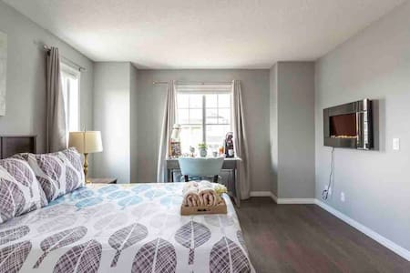 Beautiful Master Room with Private Bathroom, YYC