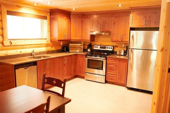 Beautiful 1 Bedroom Garden Getaway Suite Minutes from the Lake!
