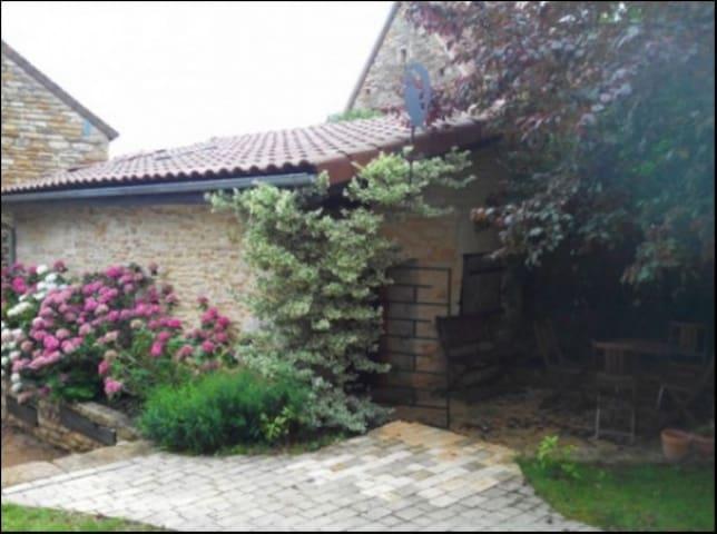 Chambre privée dans dépendance - Bissy-Sous-Uxelles - Dům