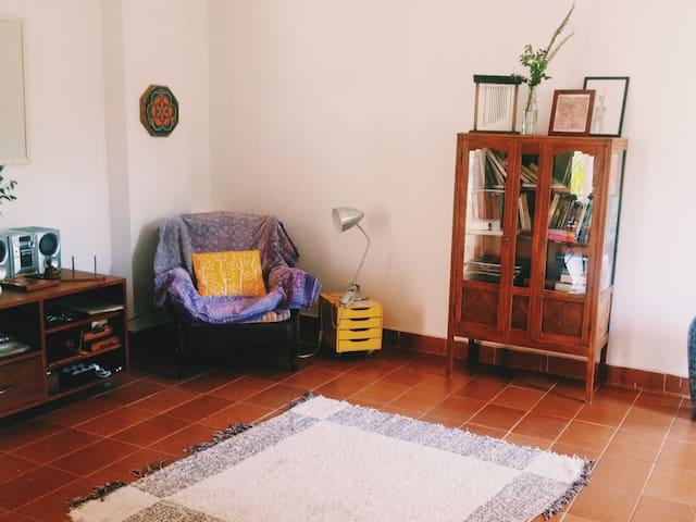 Sala de estar arejada, com dois ambientes.