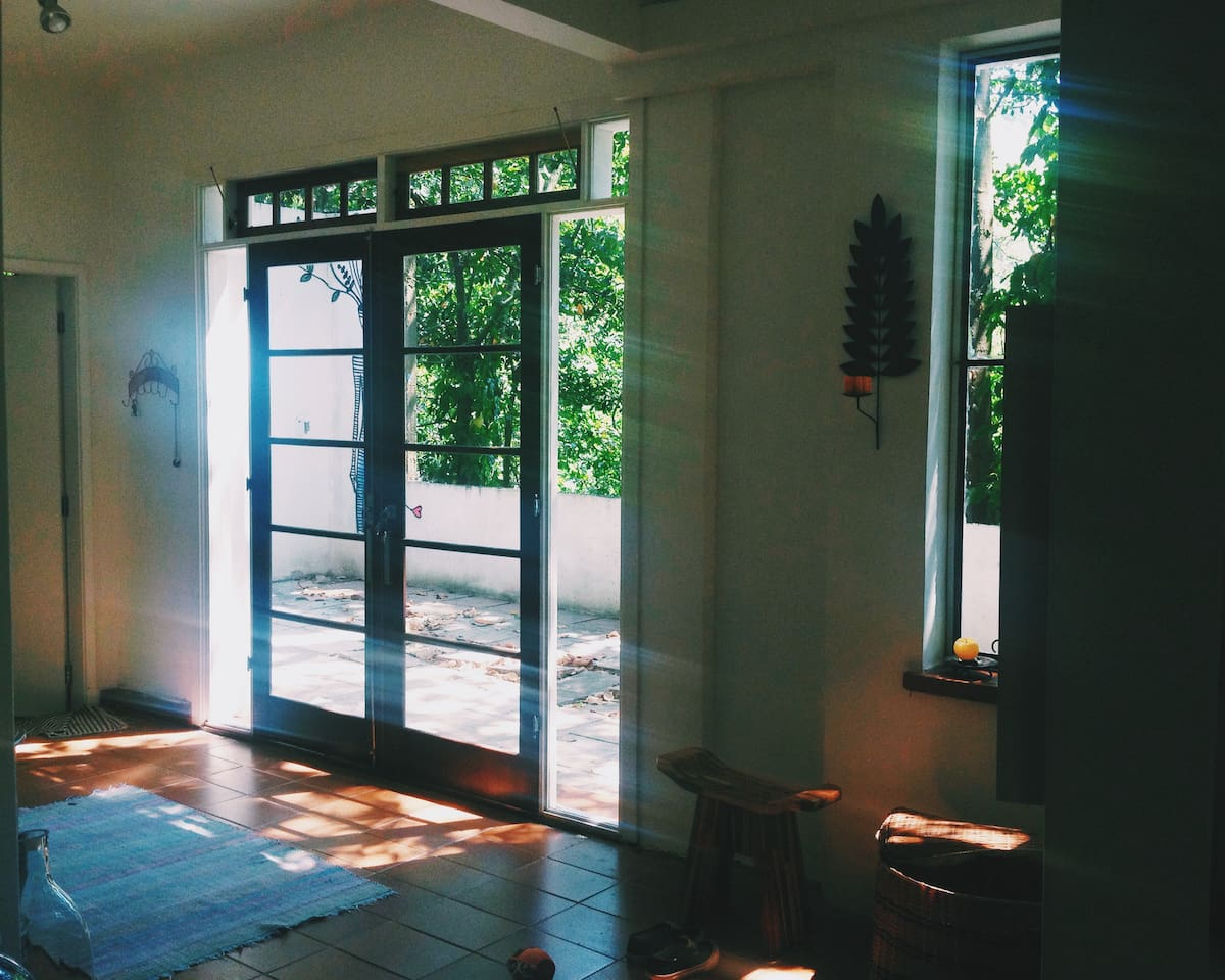 Pátio e porta de entrada da casa, de frente para a Floresta da Tijuca.