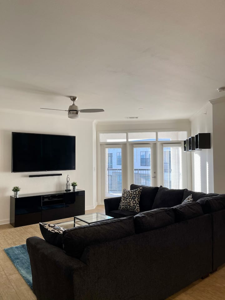 STYLISH AND SPACIOUS - UPTOWN DALLAS!