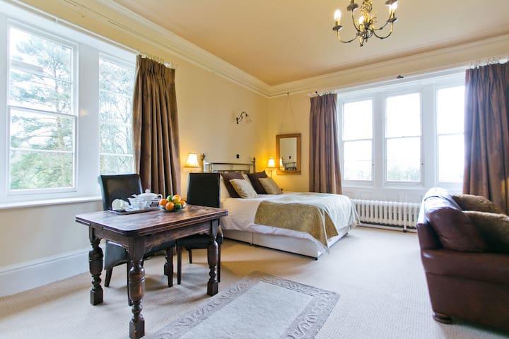 King Oswald - Spacious Property, Hot Tub & views