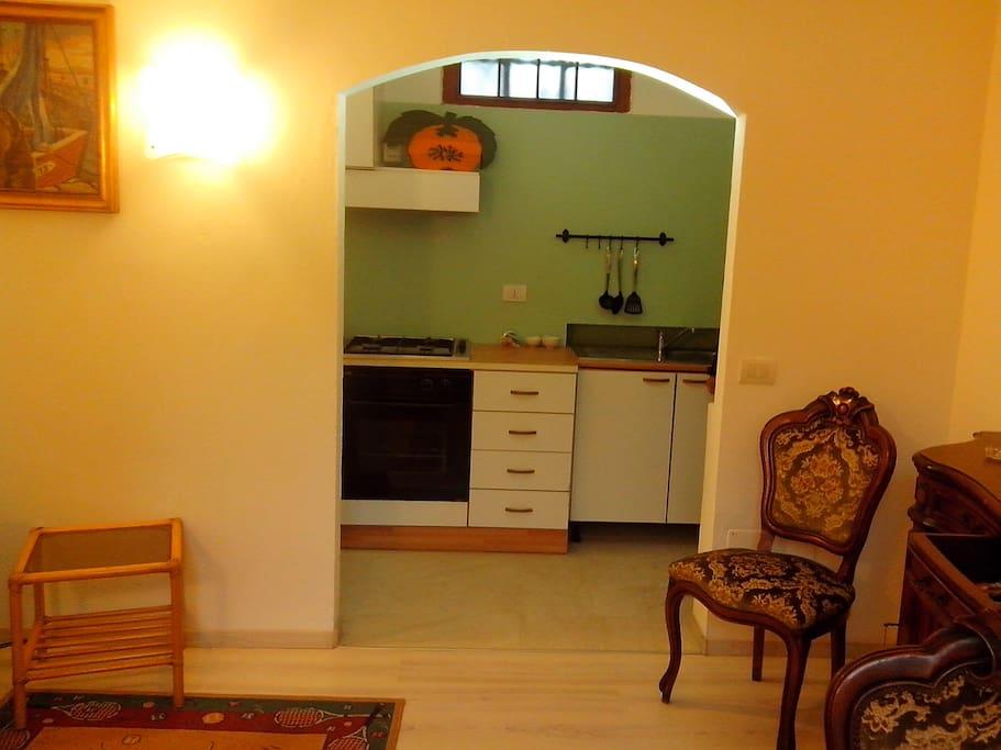 Accesso alla cucina dal soggiorno