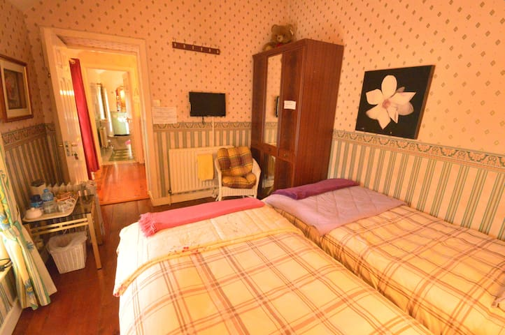 Mai Kelly B&B located wild atlantic - Ballyshannon - Bed & Breakfast