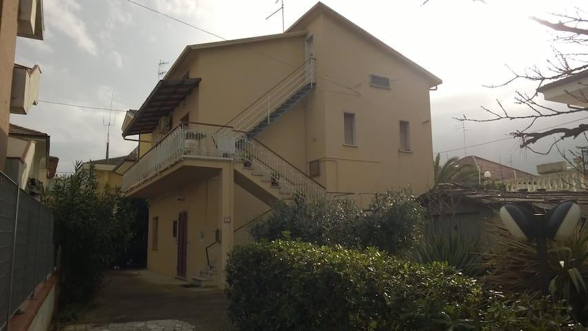 Casa con pini marittimi - Alba Adriatica - Hus