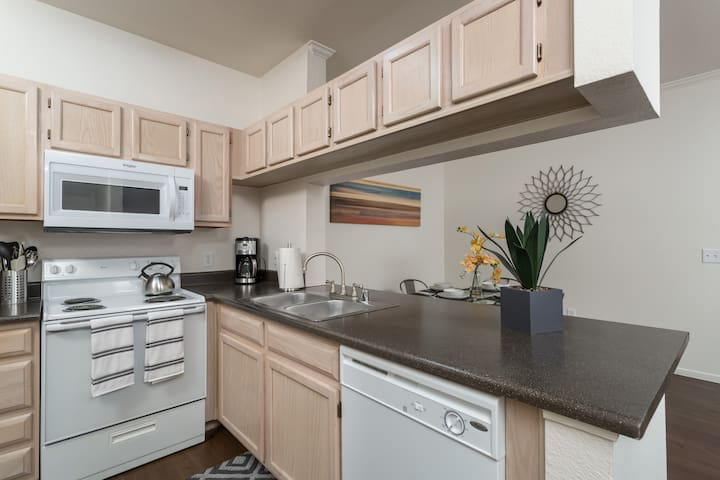 Beautiful 2 bedroom, 2 bathroom condo w/pools, hots tubs, BBQ grills, and more - By PADZU