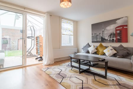 *Private* 3-Bed House in WGC near London Trains
