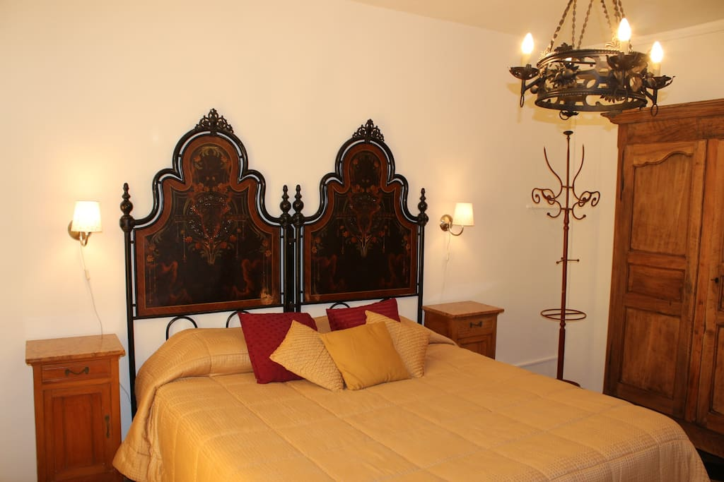 Glicine room with its queen size ancient bed