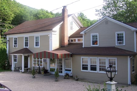Charming Room - Classic Country Inn - Bed & Breakfast