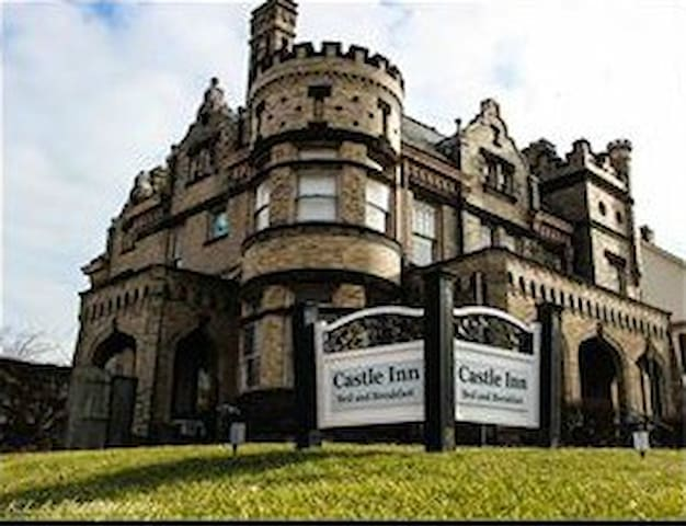 Authentic 100 Year Old Castle- Whole House Rental! - Circleville - Bed & Breakfast