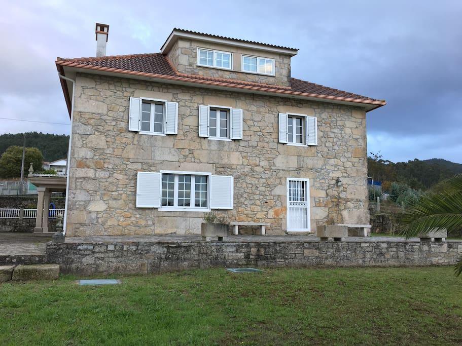Grande casa de piedra entre mar y naturaleza villas for - Casas de piedra galicia ...