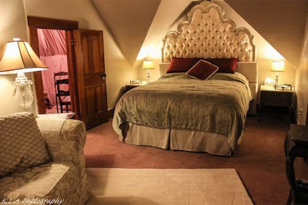 Authentic 100 Year Old Castle! - Circleville - Bed & Breakfast