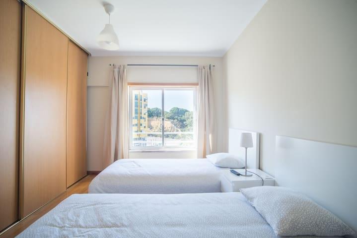 Quarto Twin/Zweibettzimmer/غرفة توأم/Shuāng chuáng fáng/Habitación Doble/Chambre Double/Twin Room/Двухместный номер