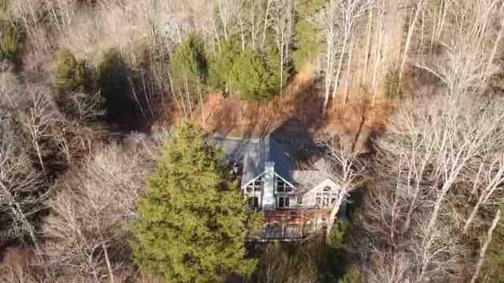 Spacious , secluded ski home near Stratton