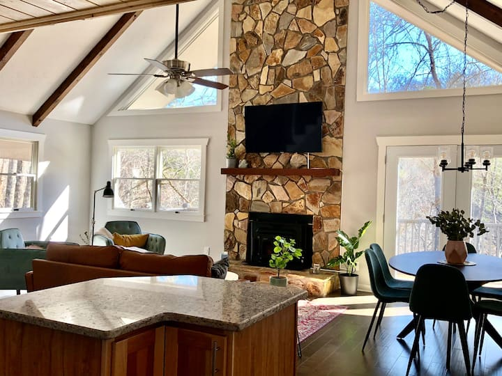 Creekside chalet - mountains, nature and privacy!
