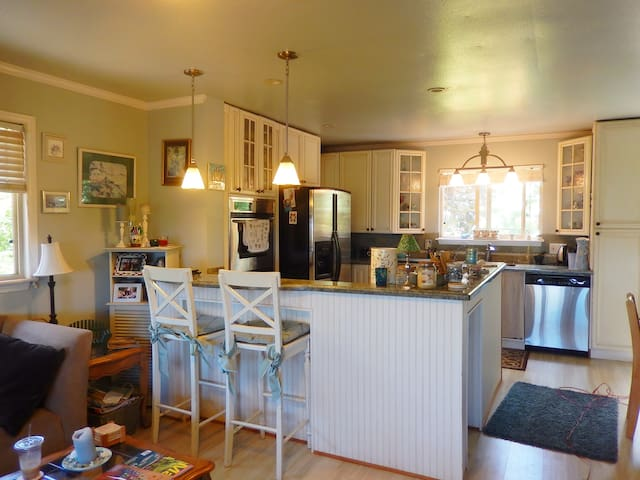 Farmers market, bus, beach, ocean view home - Lahaina - House