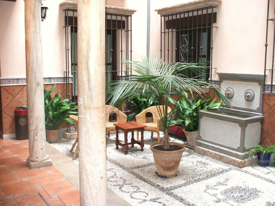 Main courtyard that retains the original marble pillars of the 16th century.Patio principal que conserva los pilares de mármol originales de el siglo 16 .