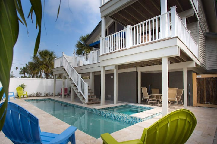 Large Beach House in Historic Pass-a-Grille. Short Walk to Downtown. Private Pool. - St. Pete Beach - Talo