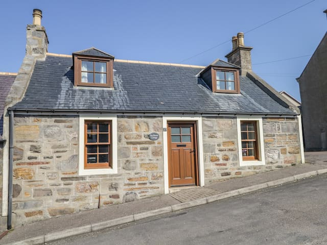 SEA BREEZE COTTAGE, family friendly in Cullen, Ref 993331
