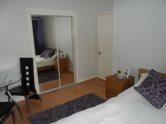 Double Room near GLA AirportPaisley - Paisley - Hus
