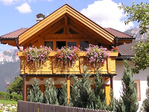 ein in Holzbauweise errichtetes Niedrigenergiehaus im zentral gelegenen Ortsteil