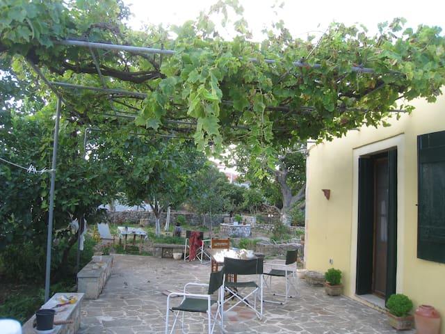 Παραδοσιακο σπιτι μεσα στο πρασινο - Rifi