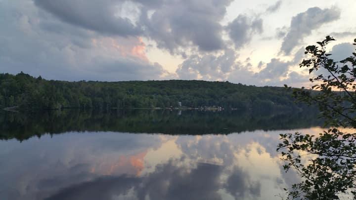 Beautiful Algonquin getaway on quiet lake.