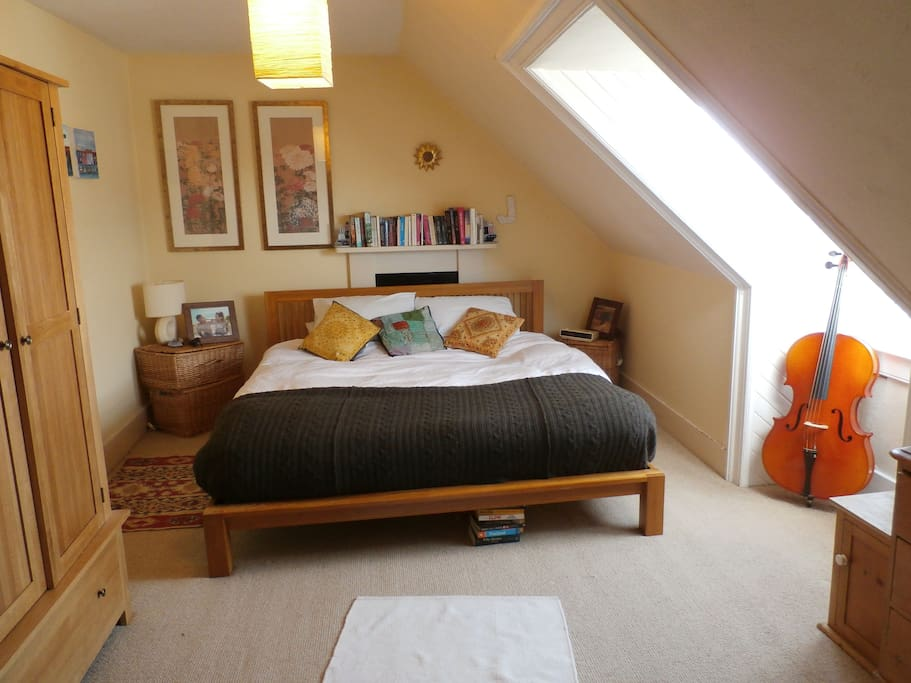 Large double bedroom. Cosy queen size bed.