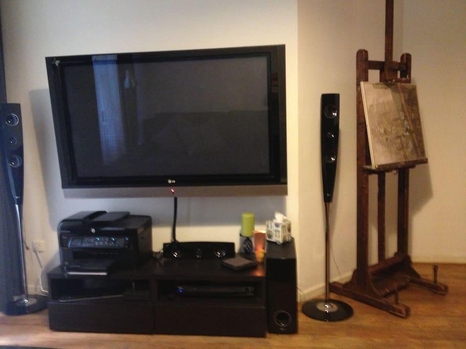 Wohnzimmer mit TV und Soundsystem