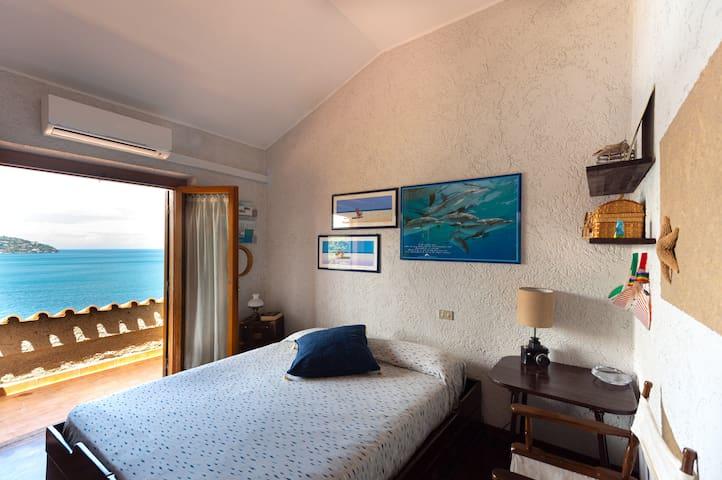 camera da letto 3 al primo piano, con vista sul mare e terrazzino condiviso con la camera da letto 2. Dispone di aria condizionata.