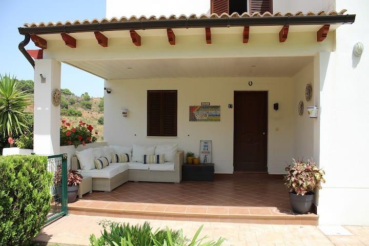 Modern retreat - amazing views & private pool