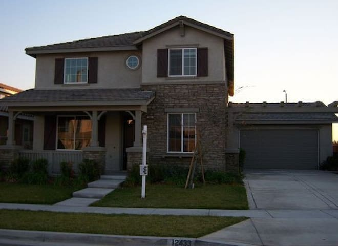 Private bedroom with a queen bed - Rancho Cucamonga - House