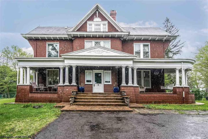 Historical Lakin Victorian Retreat, Entire Home