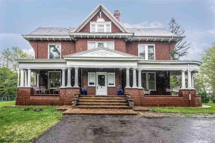 Historical Lakin Victorian Retreat, Entire Home