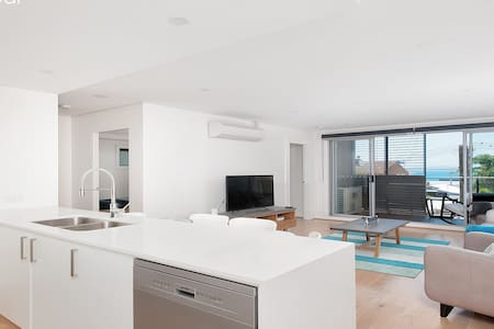 Brand New 2BD apartment a block from the beach - Shoal Bay - Lägenhet