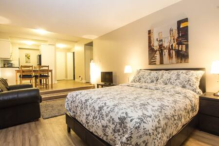 Open Concept Downtown Condo with Pool and Sauna - Montreal - Appartement