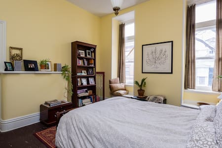 Victorian rowhouse - private room 2 - Bed & Breakfast