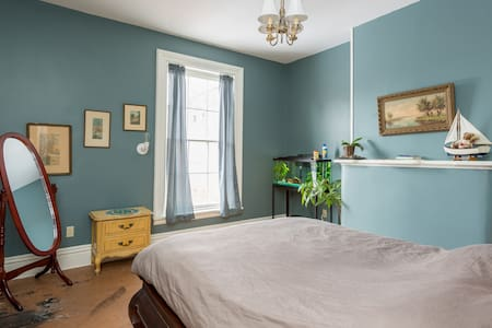 Downtown Victorian rowhouse - private room 1 - Troy - Penzion (B&B)