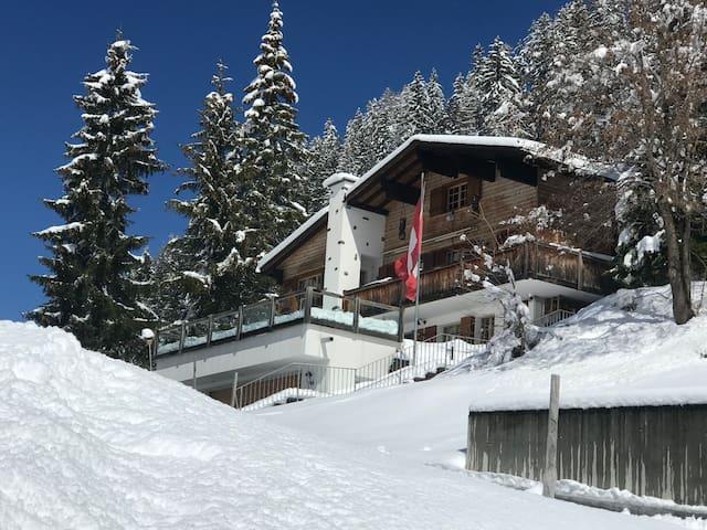4.5 Zimmer Wohnung in Chalet in Schweizer Bergen.