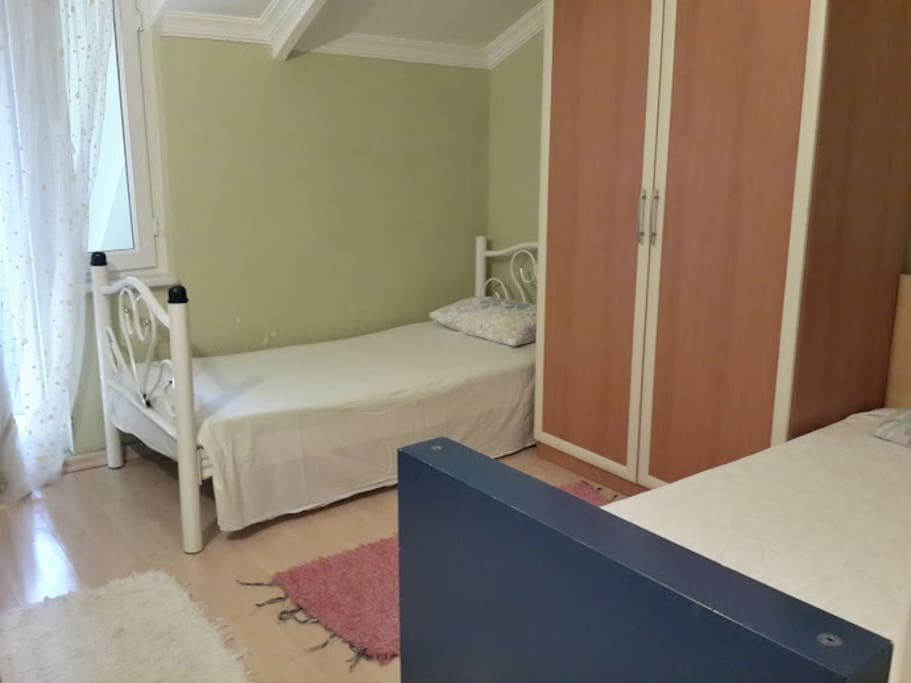Extra bed room with 2 single beds