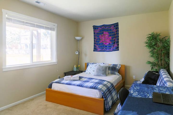 Spacious Rooms with 2 Beds Near Seattle & Airport