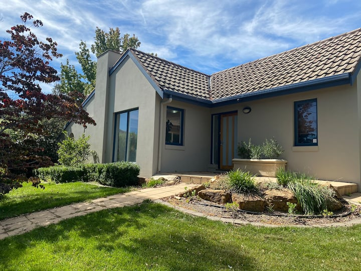 Stylish and modern 4 bedroom house in Farrer