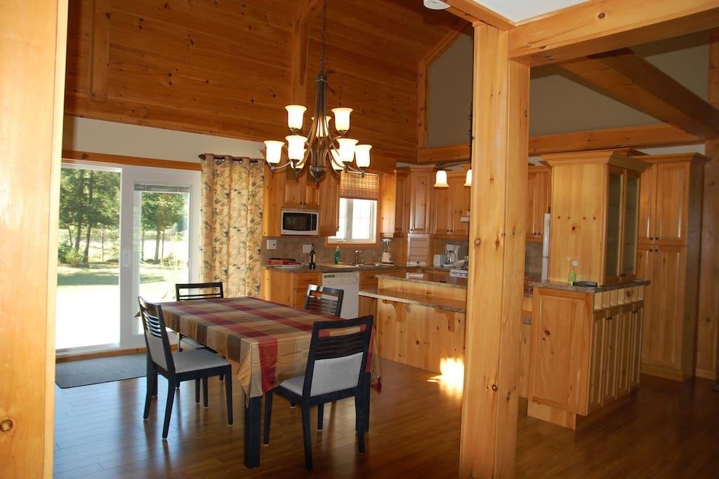Salle a diner avec un regard sur votre magnifique terrain et au loin votre coin du Lac Aylmer