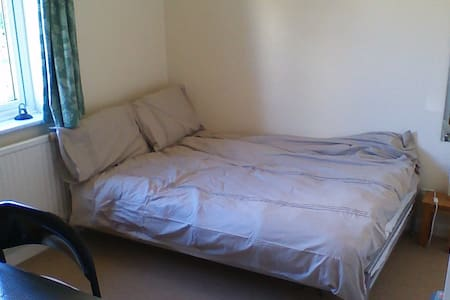 Double room in West Molesey nr Hampton Court - Casa