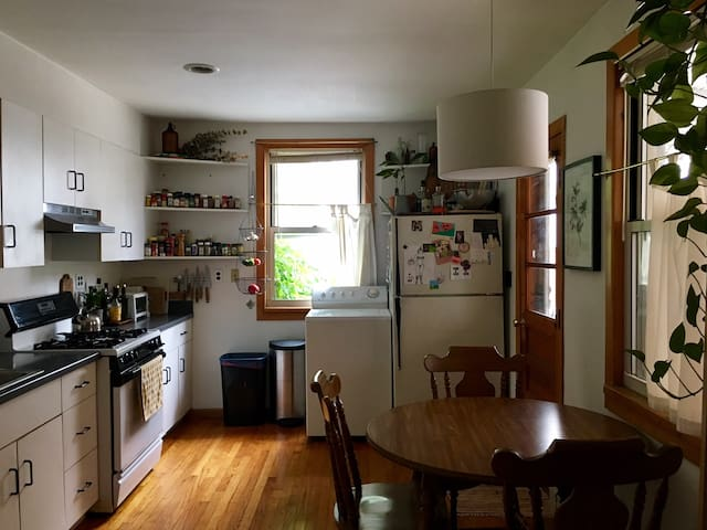 Cozy private room, Spacious Sunny Greenpoint house